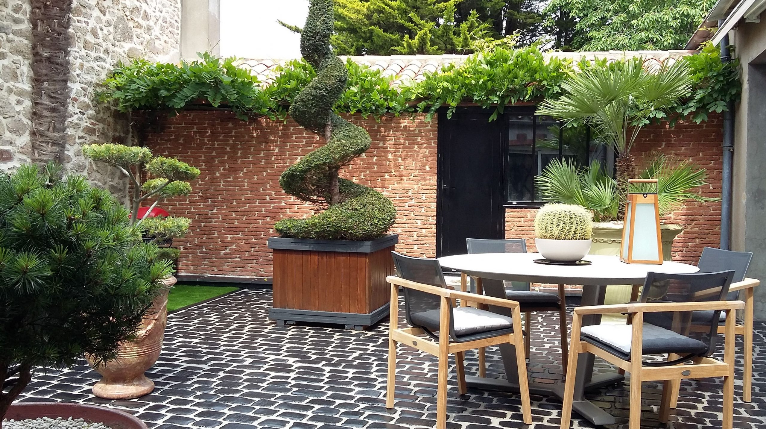 terrasse brique rouge et pavés noir Obojardin