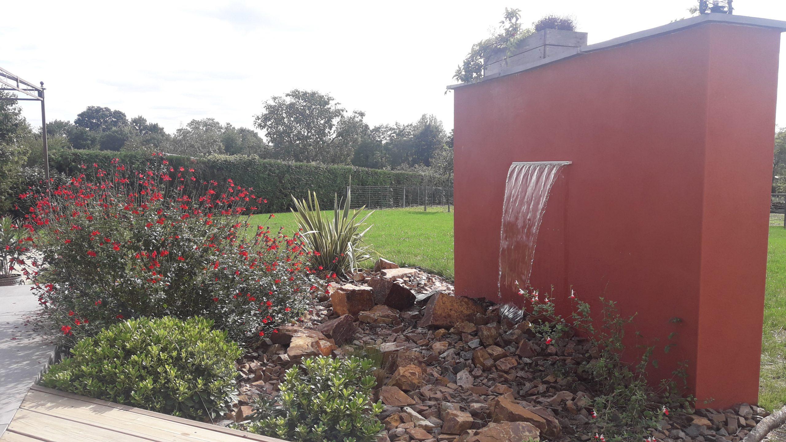 Fontaine et mur rouge